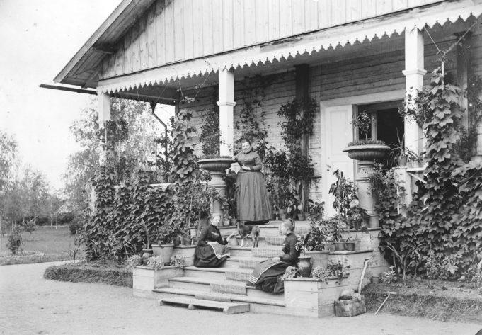 Myllylän kartanon väkeä 1890-luvulla. Emilia af Forselles  kahden tyttärensä kanssa vanhan kartanon päärakennuksen portailla.