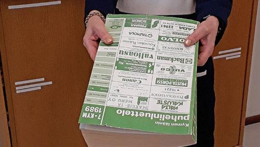 Vuoden 1989 puhelinluettelon kansi. Linkki Lahjoita museolle -sivulle.