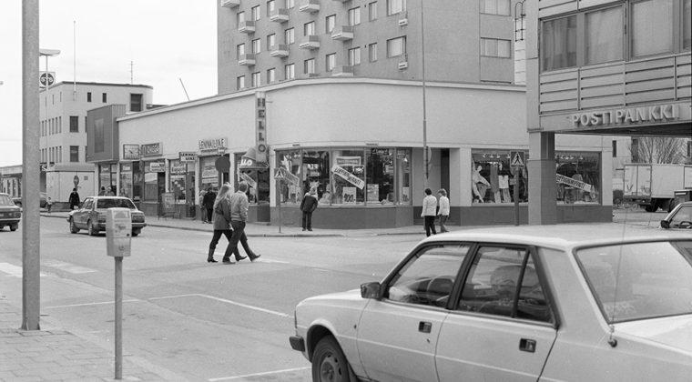 Kauppalankadun ja Keskikadun kulmauksessa ollut Lasipalatsin vanha liikerakennus pääsiäisenä 1984. Rakennuksessa toimi Expert Backman, Kultakello, Kouvolan kukkakauppa, Leninkiliike Annikki Lehtovirta Ky ja Hello-Shop. Takana Pilvenpiirtäjän asuin- ja liikerakennus ja oikealla Postipankin talo.