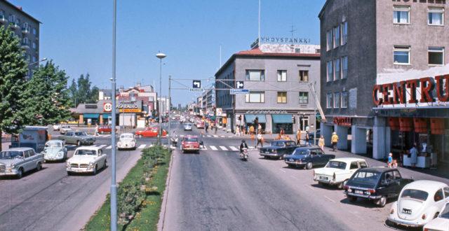 Kauppalankatua 1970-luvun alussa, autoja parkissa ja kadulla, Centrumin tavaratalo oikealla ja Kääriäisen talo taustalla
