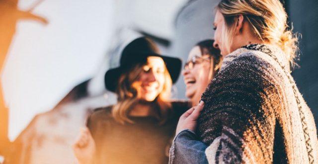 Kouvola kaveriin liittyvä kuva, jossa kolme naista nauravat.