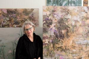 Sirkka-Liisa Lonka ateljeesaan. Taustalla taideteos.