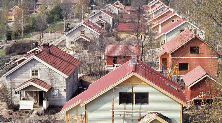 Asuntomessut Kuusankosken Naukiossa v. 1983. Useita puutaloja asuntomessualueella.