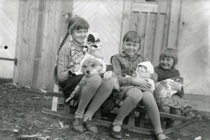Kuukauden kuva elokuu 2019: Naapuruston tytöt lemmikkeineen Forsströmin ulkorakennuksen edessä 1930-luvun alussa Kuusankoskella