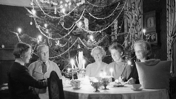 Lampisten perheen joulun viettoa 1950-luvulla Valkealan kartanon ruokasalissa. Joulupöydässä istuu vasemmalta lukien Margit Lampinen, kartanon omistaja K. J. Lampinen, Heidi Lampinen, tuntematon ja Laina Lampinen. Taustalla koristeltu joulukuusi.