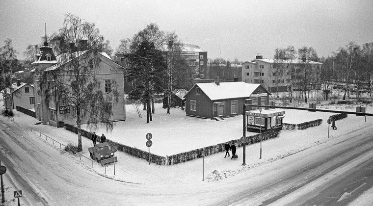 Pitkäsen talon pihapiiri Koulukadun ja Valtakadun risteyksessä talvella 1984. Pitkäsen talossa toimi 1970-luvulla Osto- ja myyntiliike Luhti. Pihapiirissä oli myös Valkealan autopurkaamon varaosamyymälä sekä Kosken Kukka. Tontille alettiin rakentaa 1980-luvun puolivälissä Karakeskuksen asuin- ja liikerakennusta, jossa toimi mm. Anttilan tavaratalo.