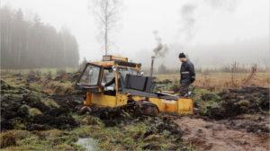 Mikko Haikon still kuva videoteoksesta Valmet, Toivon ja epätoivon maunuaali, 2018. Kuvassa kaivinkone pellolla