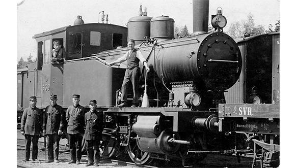 Riihimäki-Pietari -rata 150 vuotta. Kuvassa rautatien työntekijöitä höyryveturin edessä seisomassa.