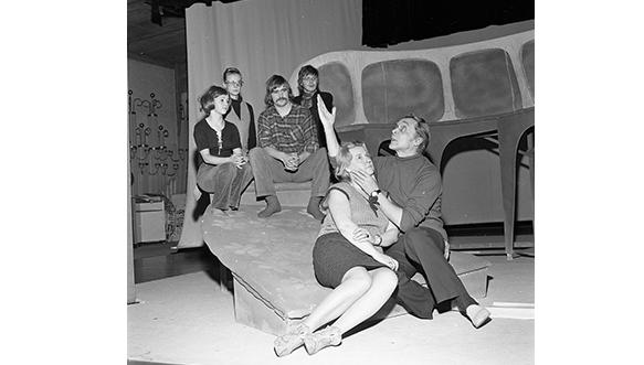 Kesäyön unelma -näytelmän harjoitukset marraskuussa 1971. Näyttelijät vasemmalta Mirjami Manninen, Marjatta Rinne, Hannu Virolainen, Ilmo Ranne, Paula Suotaala ja Yrjö Parjanne. Näytelmän ohjaajana toimi teatterinjohtaja Martti Kainulainen.