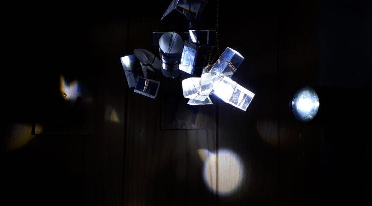 Eeva-Liisa Puhakan installaatio Memory Time vuodelta 2019. Pimeässä valoja kohdistettu seinille.