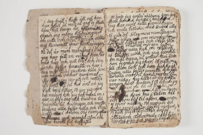 Jacobinan omin käsin kirjaksi sitomat päiväkirjan sivut ja kissankellomusteella kirjoitetut merkinnät
