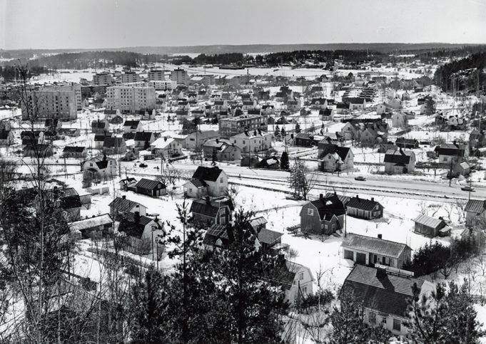 Talvella 1970-luvun alussa otetussa kuvassa on kerrostaloja alkanut ilmestyä eteläisen Kunnanpellon alueelle, ja Kettumäentien varteen on tullut rivitaloja. Pappilanpellon asuinalue on myös hahmottunut.