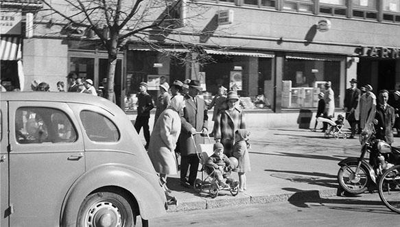 Vapun viettoa Kouvolassa 60 vuotta sitten! Näkymä As Oy:n Oikokulman talon edestä vappuna 1961. Valtakatu 26:ssa (Nykyinen Kouvolankatu 26) sijaitseva liike- ja asuinrakennus valmistui vuonna 1954.