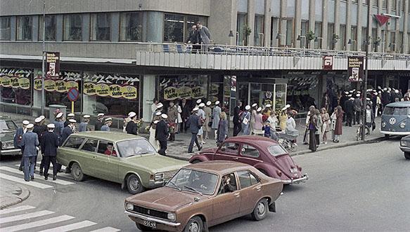 Poikilo-museoiden valokuvakokoelmista kesäkuun 2021 kuukauden kuva. Ylioppilaita menossa Askon liiketalossa sijainneeseen Mannerbaarin vuonna 1971.